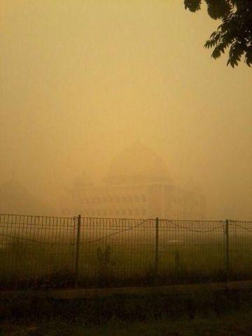 El cielo de Palangkaraya, una ciudad de Borneo, se volvió amarillo por la ceniza de los incendios.