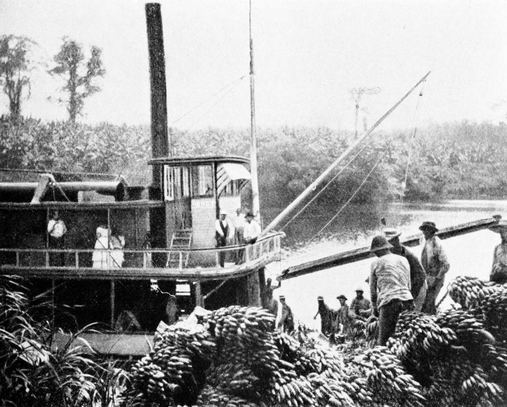 Cargando bananas en una plantación de Nicaragua a finales del siglo XIX (tal vez 1894).