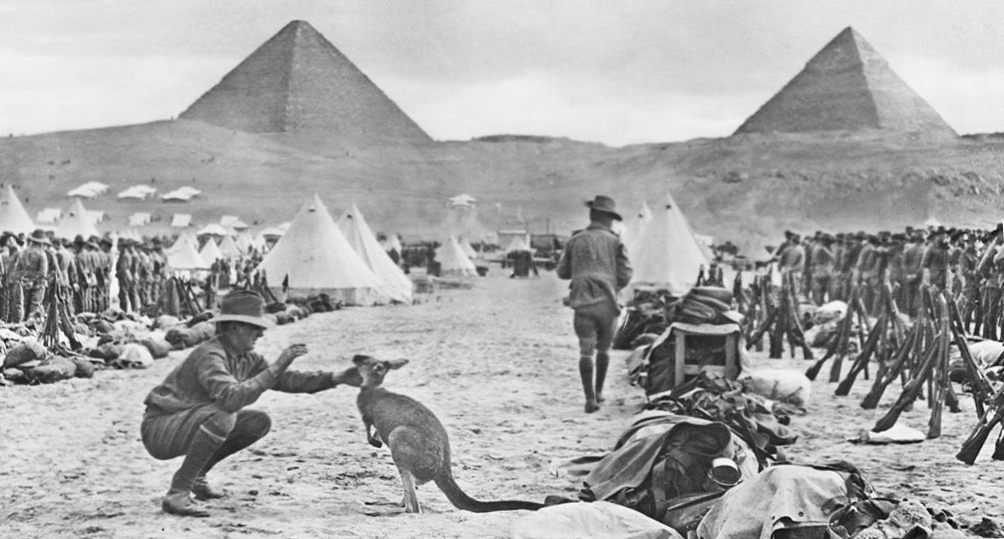Año 1914. Un soldado australiano juega, frente a la Gran Pirámide de Guiza, con la mascota de su regimiento: un canguro.